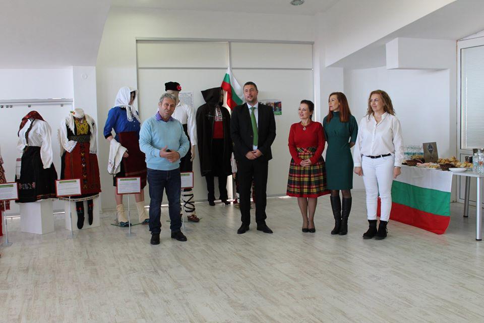 87176257 3243423395686372 4272296298243162112 o - В Царево открылась выставка болгарского костюма